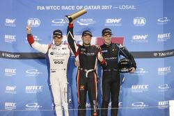 Podio Trofeo: il vincitore Rob Huff, All-Inkl Motorsport, Citroën C-Elysée WTCC, il secondo classifi