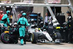 Льюис Хэмилтон, Mercedes AMG F1 W07 Hybrid во время пит-стопа