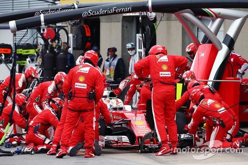 Sebastian Vettel, Ferrari SF16-H fa un pit stop