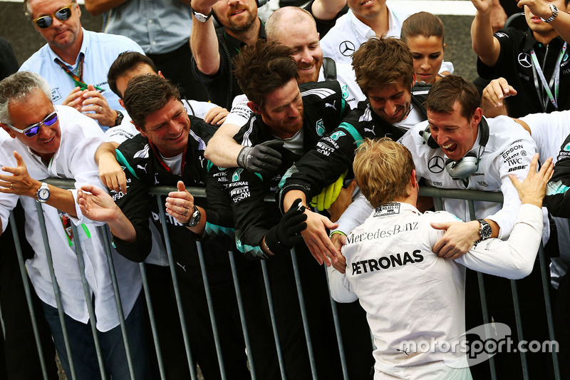 Race winner Nico Rosberg, Mercedes AMG F1 celebrates with the team in parc ferme
