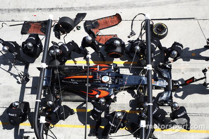 Fernando Alonso, McLaren MP4-31, pit action
