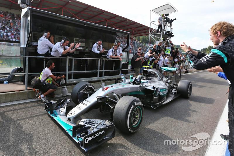 Il vincitore della gara Nico Rosberg, Mercedes AMG F1 festeggia