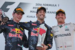 Подиум: Макс Ферстаппен, Red Bull Racing, второй; Даниэль Риккардо, Red Bull Racing, победитель; Нико Росберг, Mercedes AMG F1, третий