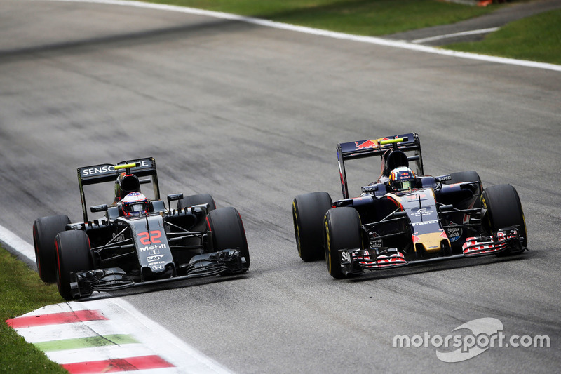 (L to R): Jenson Button, McLaren and Carlos Sainz Jr., Scuderia Toro Rosso STR11 battle for position