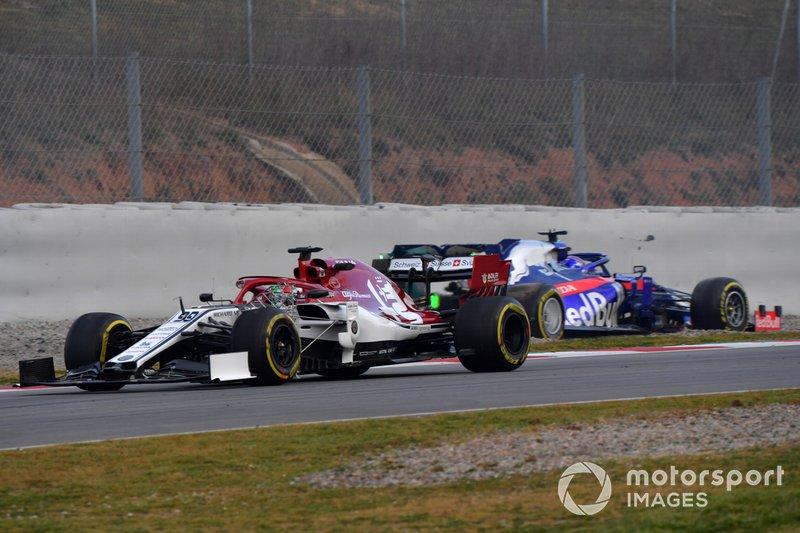 Antonio Giovinazzi, Alfa Romeo Racing C38 pasa a Alex Albon, Scuderia Toro Rosso STR14 detenido en pista tras un trompo