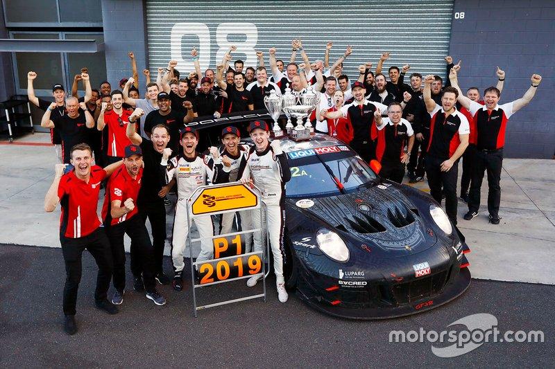 I vincitori della gara #912 EBM Porsche 911 GT3-R: Dirk Werner, Dennis Olsen, Matt Campbell with Earl Bamber, EBM e i membri del team