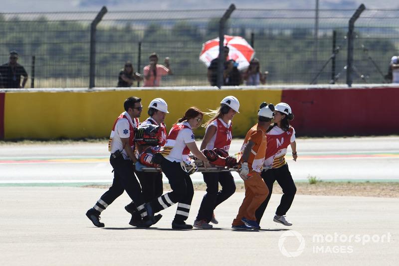 Хорхе Лоренсо довелося евакуювати до клініки Моторленду після падіння у першому повороті гонки.