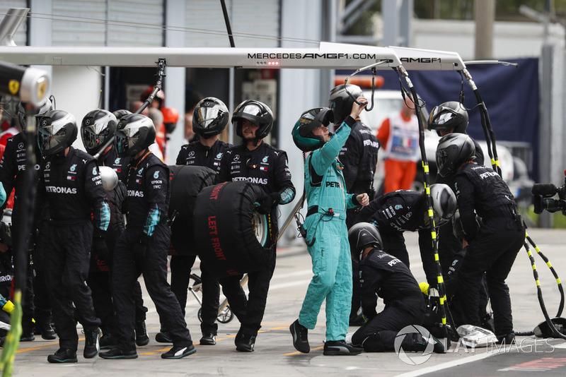 Mercedes AMG F1 el equipo se prepara para una pit stop