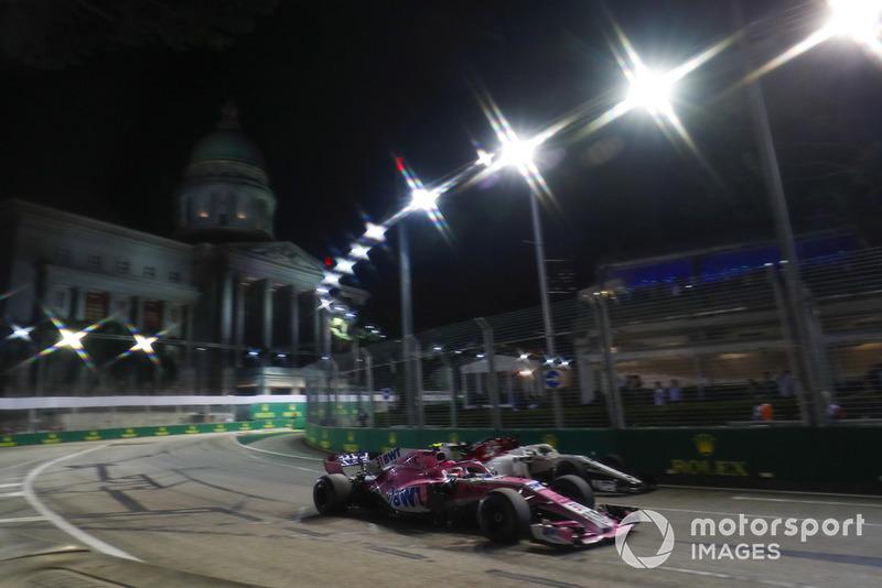 Esteban Ocon, Racing Point Force India VJM11, passes Marcus Ericsson, Sauber C37