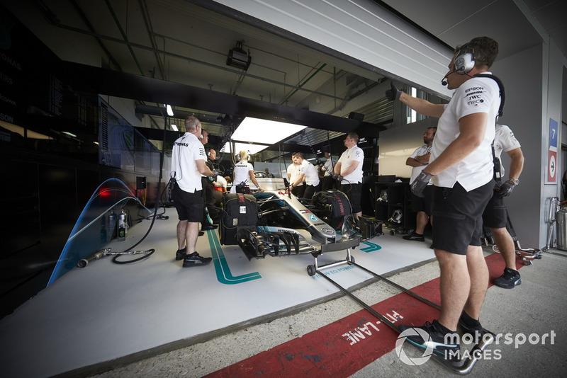 Un mécanicien signale à ses équipiers qu'ils peuvent faire sortir Lewis Hamilton, Mercedes AMG F1 W09