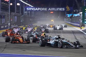 Lewis Hamilton, Mercedes AMG F1 W09 EQ Power+, devant Sebastian Vettel, Ferrari SF71H, Max Verstappen, Red Bull Racing RB14, Valtteri Bottas, Mercedes AMG F1 W09 EQ Power+, Daniel Ricciardo, Red Bull Racing RB14, Kimi Raikkonen, Ferrari SF71H, et le reste du peloton au départ