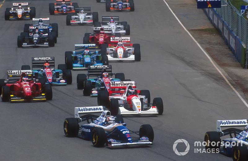 Achter hen zien we Mika Hakkinen (McLaren #7), Jean Alesi (Ferrari #27) en de twee Saubers. De tweede Benetton is die van Johnny Herbert, die Jos Verstappen had vervangen