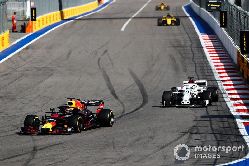 Daniel Ricciardo, Red Bull Racing RB14, precede Marcus Ericsson, Sauber C37