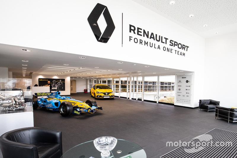 Salle d'exposition, Renault R24