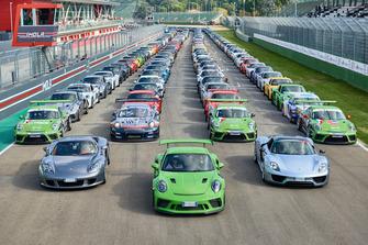 Porsche in parata sulla pista di Imola