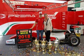Şampiyon Mick Schumacher, PREMA Theodore Racing Dallara F317 - Mercedes-Benz ve annesi Corinna Schumacher