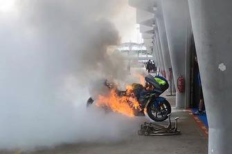 Feuer: Bike von Alex Rins, Team Suzukii MotoGP