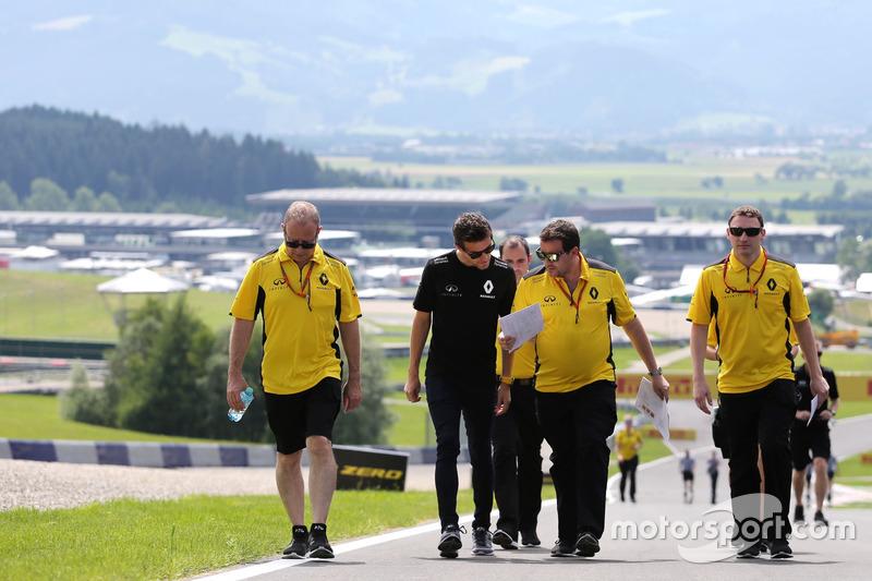 Jolyon Palmer, Renault Sport F1 Team; Julien Simon-Chautemps, Renault Sport F1 Team