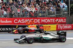 Льюис Хэмилтон, Mercedes AMG F1 W07 Hybrid и Даниэль Риккардо, Red Bull Racing RB12