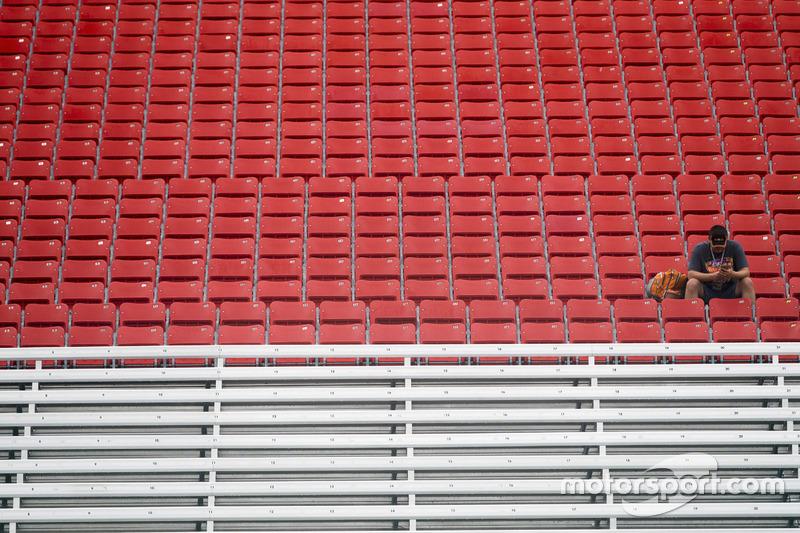 Un tifoso solitario attende la ripartenza della gara