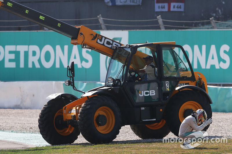 إنسحاب لويس هاميلتون، مرسيدس من السباق بعد إحتراق مُحركه