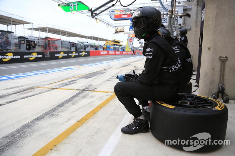 Механик ESM Racing на пит-лейне