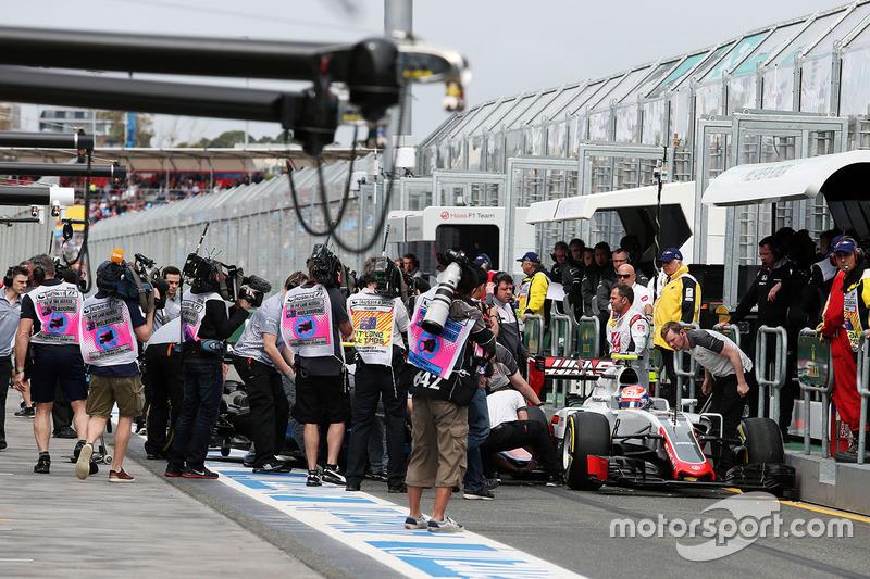 Romain Grosjean, Haas F1 Team VF-16 y Rio Haryanto, Manor Racing MRT05 chocan en el pit lane