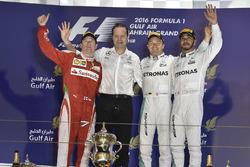 Подиум: второе место - Кими Райкконен, Ferrari; Альдо Коста, главный инженер Mercedes AMG F1, победи