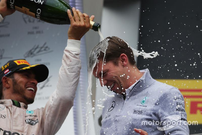 Il vincitore della gara Lewis Hamilton, Mercedes AMG F1 festeggia sul podio con James Vowles, Chief Strategist Mercedes AMG F1