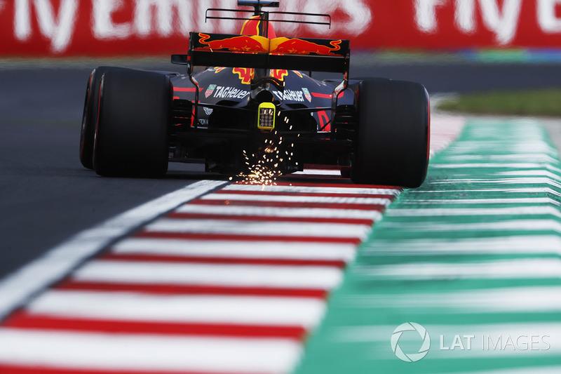 Daniel Ricciardo, Red Bull Racing RB13, saca chispas