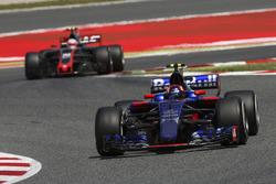 Carlos Sainz Jr., Scuderia Toro Rosso STR12, Kevin Magnussen, Haas F1 Team VF-17
