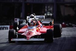 Гонщик Ferrari Жиль Вильнёв отбирает лидерство в гонке у пилота Williams Алана Джонса за 4 круга до финиша