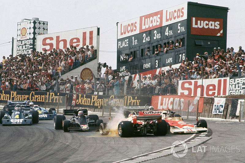 Crash: Clay Regazzoni, Ferrari 312T2; James Hunt, McLaren M23