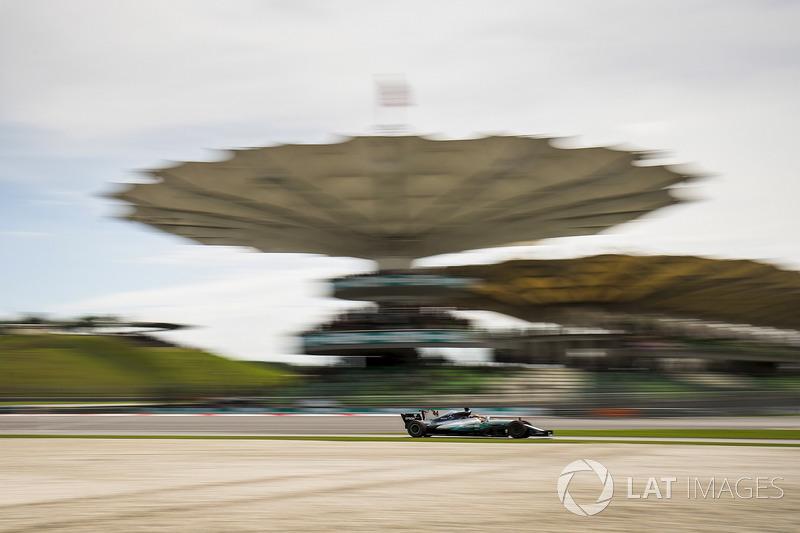 Enquanto isso, Lewis Hamilton voava na pista e cravava o recorde da pista para a pole, com 1min30s076