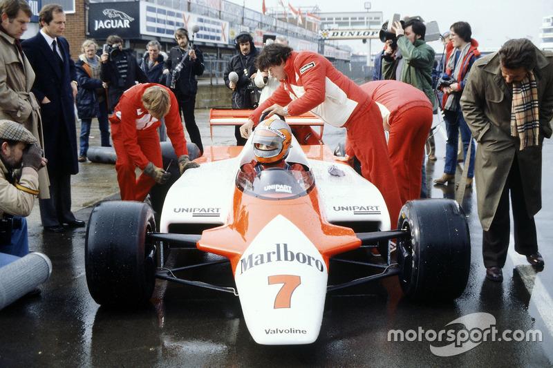John Watson, McLaren MP4/1-Cosworth con Ron Dennis en el pitlane