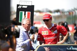 Kimi Raikkonen, Ferrari en discussion avec Johnny Herbert, Sky TV lors de la parade des pilotes