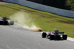 Fernando Alonso, McLaren MCL32 and Stoffel Vandoorne, McLaren MCL32 runsw wide onto the grass