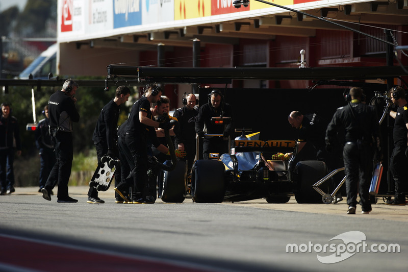 Jolyon Palmer, Renault F1 Team RS 17. makes a pit stop