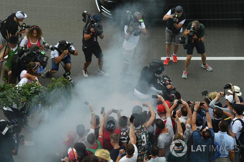 Lewis Hamilton, Mercedes AMG F1 llega en su moto y realiza una quema para los fans