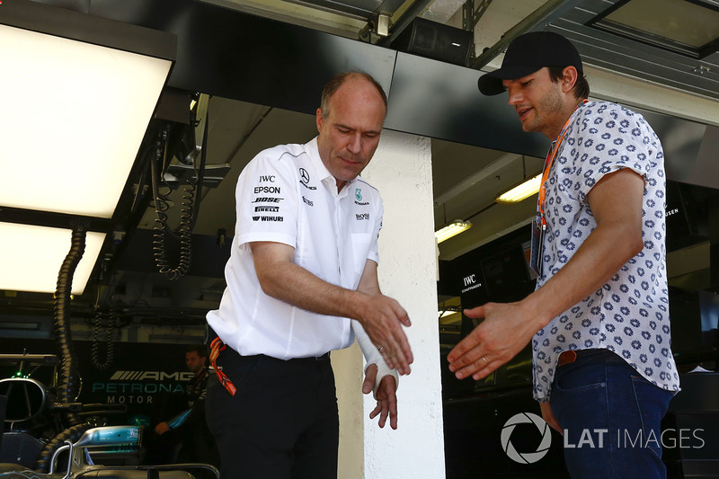 Actor Ashton Kutcher  en el garaje de Mercedes