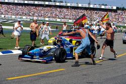 Michael Schumacher, Benetton Renault B195 ganó la carrera pero volvió a boxes en una cuerda de un remolque
