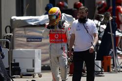 Lewis Hamilton, McLaren MP4-23, regresa a los boxes después de su accidente con Kimi Raikkonen, Ferrari F2008