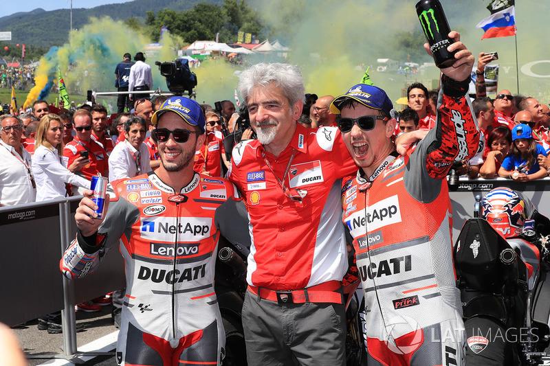 Il secondo classificato Andrea Dovizioso, Ducati Team, Gigi Dall'Igna, Team General Manager Ducati, il vincitore della gara Jorge Lorenzo, Ducati Team