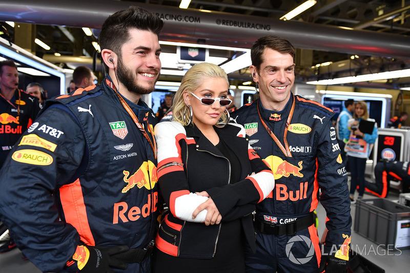 Кристина Агилера и механики Red Bull Racing