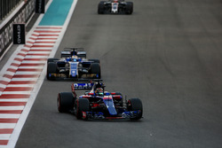 Brendon Hartley, Toro Rosso STR12, leads Marcus Ericsson, Sauber C36