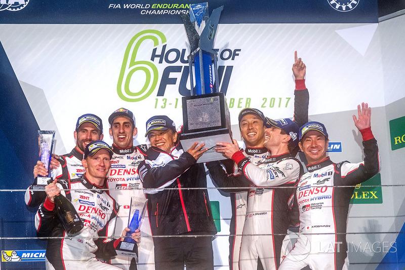 Podium: pemenang Anthony Davidson, Sébastien Buemi, Kazuki Nakajima, Toyota Gazoo Racing
