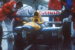 Nigel Mansell, Williams FW14 Renault, 16. turda aquaplaning yaptıktan sonra çarptığı duvardan kaldırılıyor