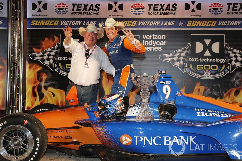 Scott Dixon, Chip Ganassi Racing Honda festeggia nella victory lane con il proprietario del team, Chip Ganassi