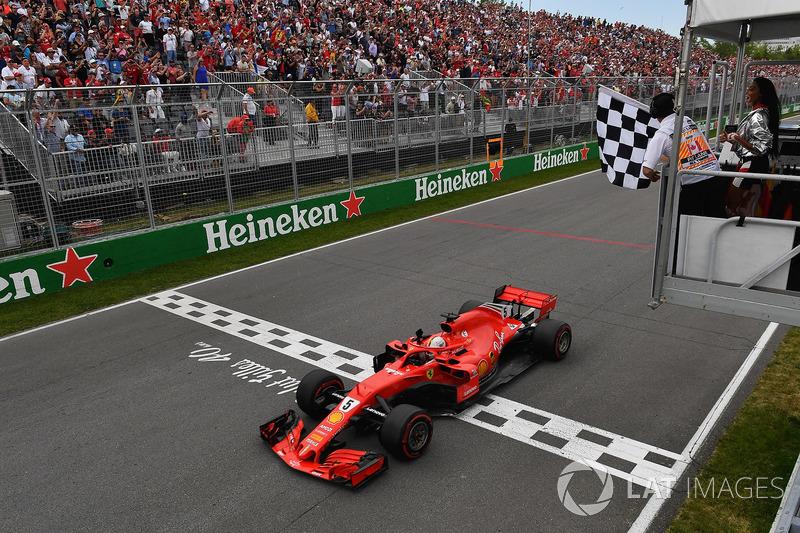 El ganador, Sebastian Vettel, Ferrari SF71H bajo la bandera a cuadros