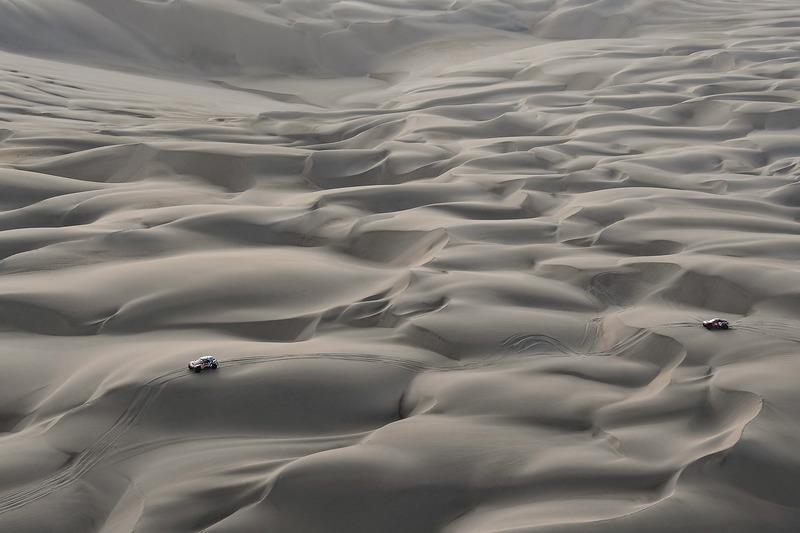 Etapa 5: Peterhansel se escapa y Peugeot solo se queda con él y Sainz
